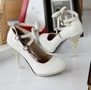 Туфли белого на высоких каблуках с бантом.